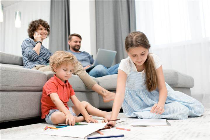 כך תעבירו את הזמן עם הילדים בסלון על השטיח